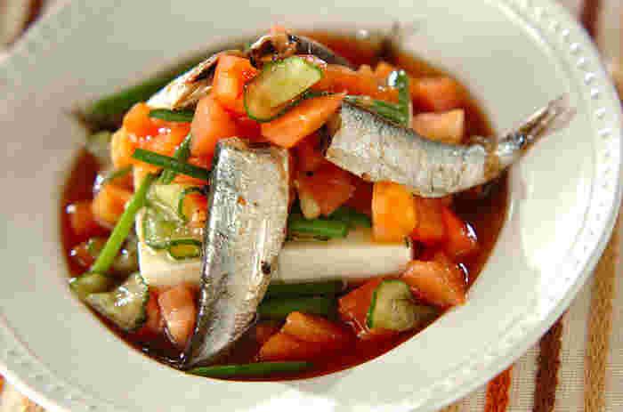 キュウリ、トマト、豆腐の上に熱々のオイルサーディンを豪快に!たっぷりのお野菜とお魚の栄養がギュッとつまった、ちょっとお洒落な一皿です。暑くなるこれからの季節にいかがでしょう。