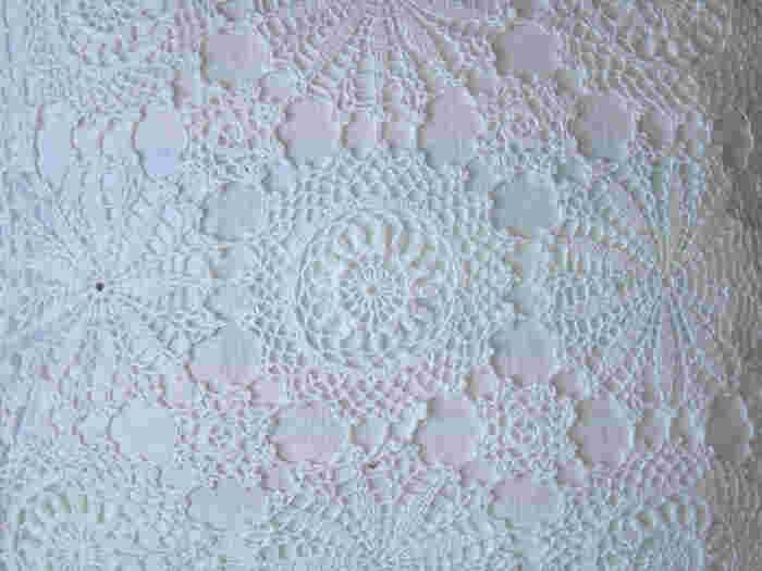 少し厚みがあるクラシカルなクロッシェレースは、小物やボレロに取り入れるのがおすすめ。かぎ針で丁寧に編まれたクロッシェレースは、温かみがあってとても素敵。シンプルなドレスにクロッシェレースのボレロを羽織れば、ガーデンウェディングにもぴったり。ナチュラルで落ち着いた雰囲気に仕上がります。