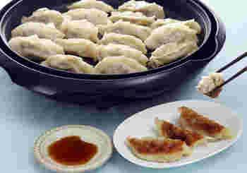 お肉を一切使用せず、魚貝類やお野菜、しいたけで作ったヘルシーな餃子。カニとホタテの缶詰を使うことで、節約レシピとしても重宝します。魚貝類の旨みが濃縮された風味豊かな餃子、いくつでもでも食べられそうですね♪