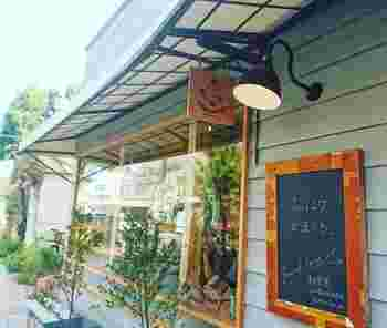 鎌倉駅東口から海方面に徒歩約3分。野菜市場の「レンバイ」の並びにあるのが鎌倉の朝の顔でもある「朝食屋コバカバ」です。軒先の「おはようかまくら」この言葉でいつも元気をもらえる素敵なお店です。