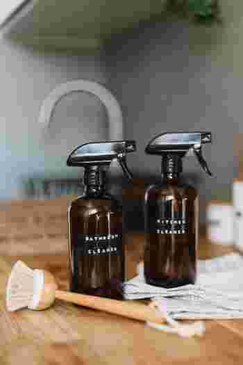 拭き掃除には、ユーカリやティートゥリーなどのエッセンシャルオイルを数滴落とした水を使うと、天然成分で除菌できるので小さなお子さんがいるおうちでも安心です。また、キッチン周りの油汚れには柑橘系オイル、排水口など臭いが気になる場所にはティートゥリーやミント系のオイルがおすすめですよ。