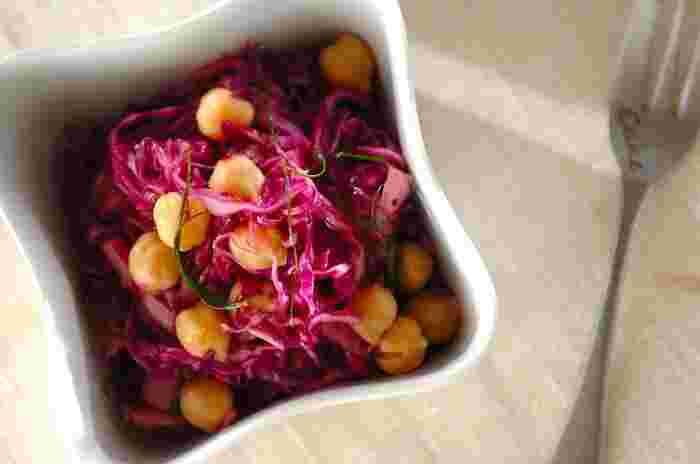 紫キャベツは千切りしておき、混ぜ合わせておいたマリネ液とヒヨコ豆をあわせるだけで、鮮やかなひと皿の完成です!ワインを飲みながら、見た目からもパワーチャージできそうな鮮やかな彩り。