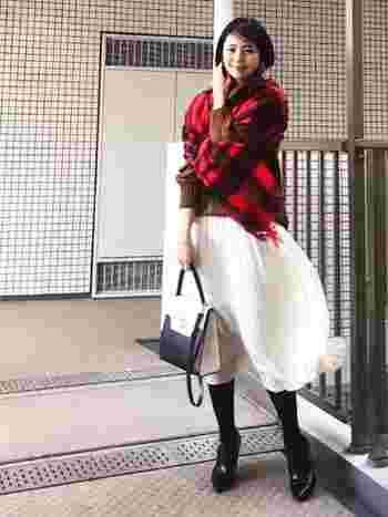 まるで赤のトップスを着ているように、大判タイプのストールをざっくり羽織っても◎赤、白、キャメルの絶妙な組み合わせが素敵です。