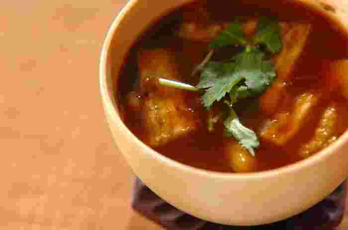 ひと手間加えて焼きなすを具材にすることで、香ばしい風味をプラス。味噌は濃いめの赤味噌がおすすめです。