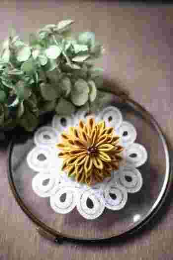 艶やかな大輪の花。結婚式やパーティなどで使うコサージュとしてつまみ細工を使う、というのはどうでしょう。派手すぎず、それでいて存在感があり、人目をひくこと間違いなしです。