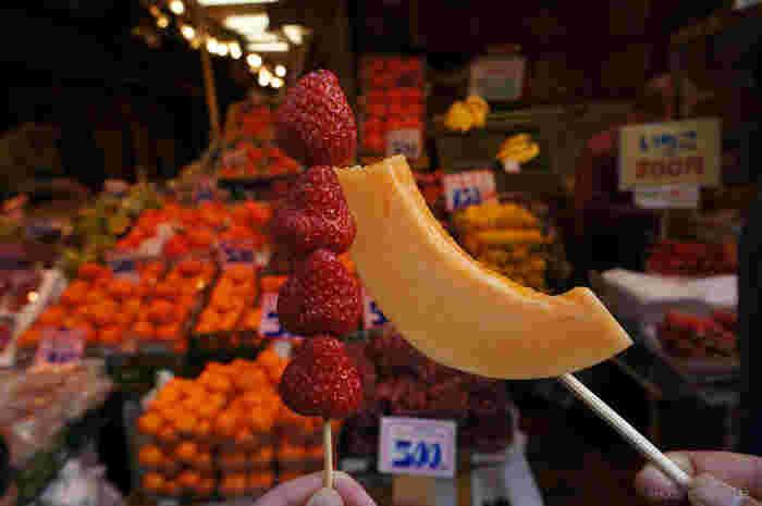 「百果園 上野第一店」は、店頭に並んだカットフルーツが人気の果物屋さん。イチゴやメロン、パイナップルなど旬のフルーツを1本から買うことができますよ。食後のデザートにもおすすめです。
