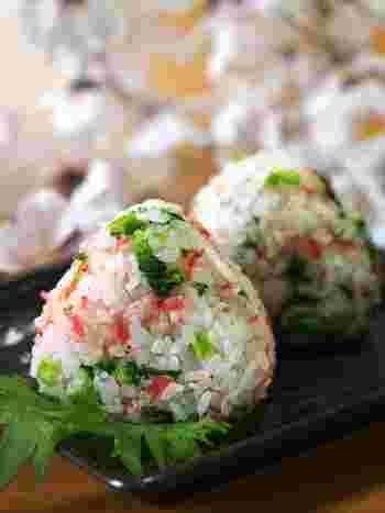 せっかくキレイな緑色なので、お米とあわせたレシピをもう一品ご紹介します。ピンク色の小エビが春らしい、こちらはおむすび。外はまだまだ寒いけれど、ピクニックに出かけたくなるようなウキウキする彩り。