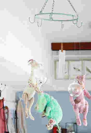 お気に入りの人形や飾りを吊り下げて。 ゆらゆら揺れる大好きなものを、いろんな角度から楽しめるモビールになりました。