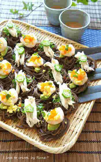 カナッペとは、フランスパンなどに食材をのせるイタリアンのお料理。それをそばで再現するなんて、とってもおしゃれですね。ゴマだれが美味しく一口ずつ簡単に食べられるので、ついついたくさん食べてしまいそう。