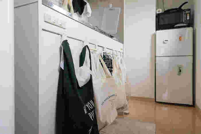 こちらのおうちでは、ゴミ箱を置かずに戸棚に数個のバッグをかけてゴミを分類しているそうです。これならゴミ箱を置くよりも省スペースで、見た目もぐんとよくなりますね。
