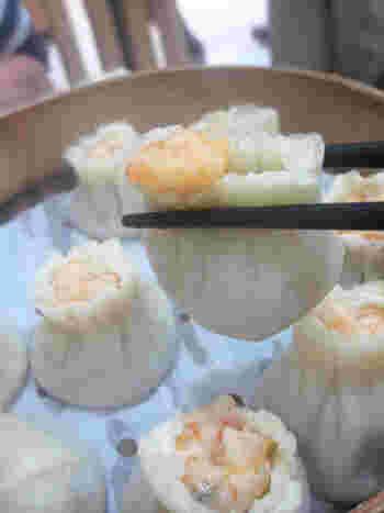上でご紹介した「杭州小篭湯包」と同じく、こちらのお店も、「蟹みそ入り小龍包」や「エビシュウマイ」がラインナップしています。ぷりぷりのエビもまた、美味しそうです♪