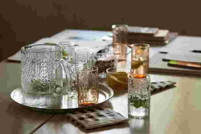 ガラスに立体的な模様が入ったイッタラのフローラシリーズはどこかノスタルジックな印象の美しいグラスです。すっと流れるような立ち姿と、それだけで華がある味わいがいいですよね。
