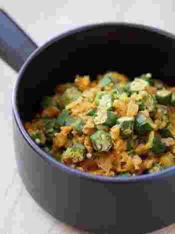 インド料理でもオクラがたくさん使われていることをご存じですか?  このレシピでは、オクラやトマトなどをクミン、ターメリック、コリアンダーなどのスパイスで味付けしています。オクラ独特の食感とスパイスがやみつきになるおいしさ!  お肉を一切使っていないので、ダイエット中の方にもおすすめです。