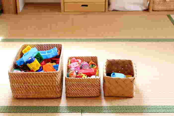 おもちゃは、子どもが自分でもしまいやすいように、かごにざっくり収納が便利です。細かな仕分けが出来なくても、簡単にお片付け出来ますよ。かごに入れればそのまま棚に戻せるので、見た目にもスッキリ!