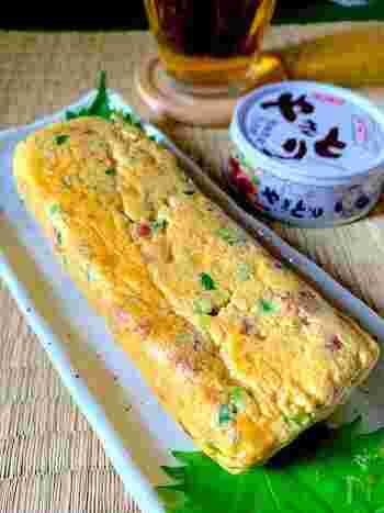 お酒が進みそうな焼き鳥の入りの卵焼きです。缶詰×卵焼きは、手軽でボリュームもたっぷりなおつまみメニューに変身しちゃいます。ツナ缶やサバ缶などでも相性良さそうですよ。写真のように厚焼き卵にする場合は、焼き鳥を缶詰から出した後、細かく切ってから卵液に混ぜてくださいね。すると綺麗に巻くことが出来ます。