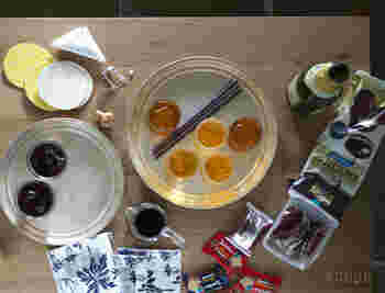 東屋の「真鍮」、「真鍮銀メッキ」のそれぞれレトロな趣が魅力的な「お盆」と「こ盆」。デザインは猿山修氏、製作は東京の荒川区の坂見工芸の職人さんにより、1つ1つ丁寧にヘラ絞りで作られています。