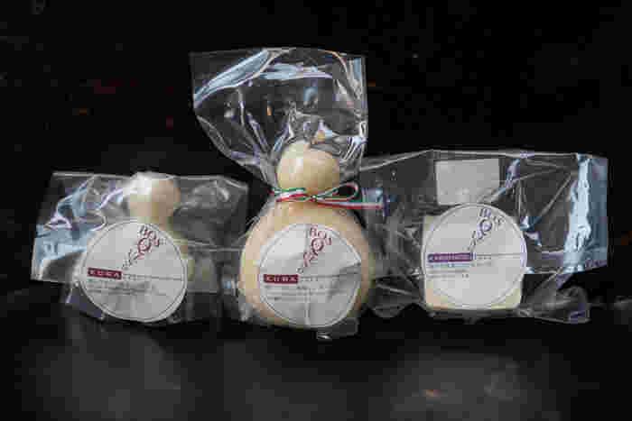長野県佐久市、春日温泉にほど近い場所にあるチーズ工房「bosqueso Cheese Lab.(ボスケソ・チーズラボ)」によるオリジナルチーズ。しっとり滑らかな食感で、熟成の進んだミルクのコクを楽しめる「KARAMATSU(セミハード)」と、もちもちとした食感にミルクの香りが効いている「KURA(カチョカバロ)」の2種類あります。
