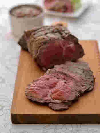 圧倒的な「ごちそう感」が華やかなローストビーフは、お肉からソースまで鍋ひとつで仕上げられるシンプルさがうれしいメニュー。
