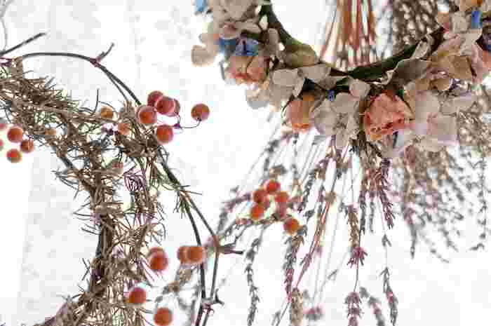 独特の風合いが素敵なドライフラワーは、誰もが簡単に作ることができます。 素敵なお花を長い間楽しむことができる知恵を活用して、おしゃれなインテリアに役立ててくださいね。