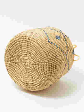 底の部分は丸く編まれ、しっかりとした作りです。底がしっかりしているから、安定感があって倒れにくいです。多少重みのあるものを入れても、形が崩れたりすることはありません。