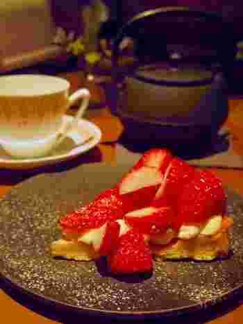 鉄器で提供されるオーガニックハーブティーと「菅谷さんのいちごタルト」。クリーミーなカスタードクリームの上には、ごろっとフレッシュなイチゴがたっぷり!