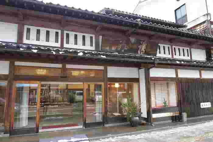 富山県にある「薄氷本舗 五郎丸屋」は、なんと創業宝暦2年(1752年)という伝統ある和菓子屋さん。富山特産のお米を使った薄い煎餅に、和三盆糖を独特の製法で刷毛塗りした「薄氷」というお菓子が有名です。口の中に入れると薄氷が溶けるようにスッと溶け、後に和三盆糖の風味が香る、人気の干菓子です。