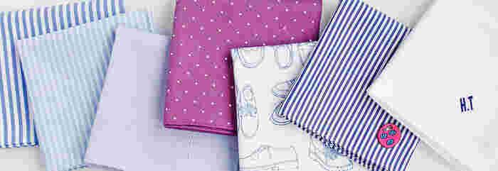 「H TOKYO」のハンカチは、海外の高級シャツ生地メーカーや、日本国内シャツ生地産地の生地をセレクトしています。なめらかな手触りとしっかりとした耐久性を実現したハンカチは、上質さと実用性を兼ね備えていて、プレゼントにもぴったり。イニシャルや名前、メッセージなど、お好みのデザインと色を選んで世界にひとつだけの特別なハンカチをつくれます。