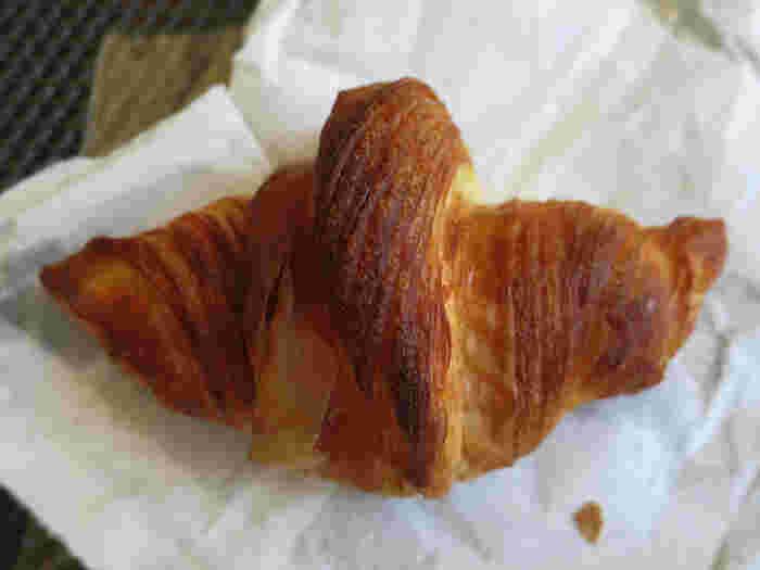 ルマタン・ドゥ・ラヴィの人気パンは、クロワッサン。軽やかでサクッとした皮の食感と、もっちりとした生地が絶品です。クロワッサン好きなら、一度は訪れたいパン屋さんです。