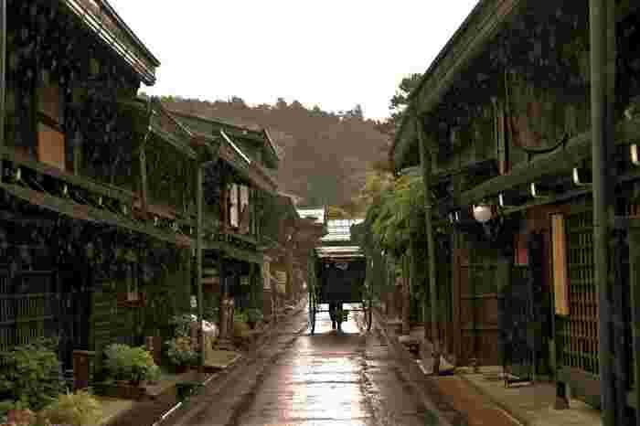 JR高山駅から徒歩10分ほどの距離にあり、アクセスも抜群。お天気の良い日だけでなく、雨の日もしっとりとした情緒があり、フォトジェニックな光景はまるで昔にタイムスリップしたかのよう。