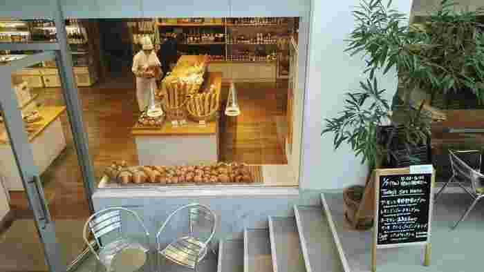 代官山のヒルサイドテラスG棟、地下1階にある「ヒルサイドパントリー」。同じG棟には1階に「ミナペルホネン」の直営店も。  店内にはパン以外にも輸入食材や、鎌倉野菜・輸入野菜も並びます。