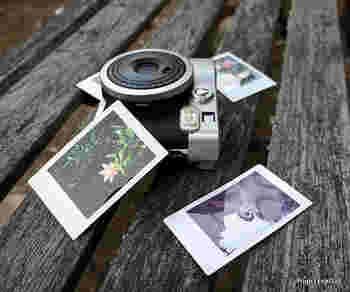 こちらのinstax mini 90も多重露光が楽しめるポラロイドカメラです。ポラロイドカメラは見た目も可愛いので女子に人気がありそうですね。 手軽さも魅力です。
