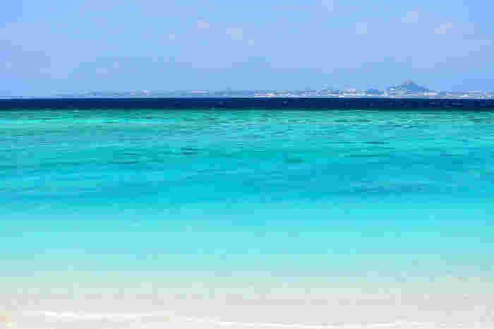 沖縄本島と橋で結ばれ、豊かな自然に包まれた瀬底島。本島屈指の透明度を誇るのが、瀬底ビーチ。