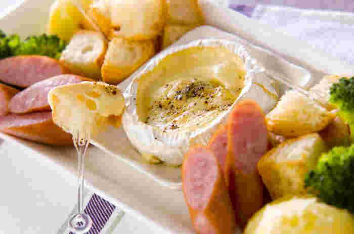 みなさんは「カマンベールフォンデュ」をご存知ですか? カマンベールチーズを、まるごとそのまま使って楽しむチーズホンデュのこと。 カマンベールチーズの上部を切り取って加熱し、とろ~りとろけるチーズに、野菜やソーセージ、バケット等好きな具材をからめて食べるお手軽料理です。