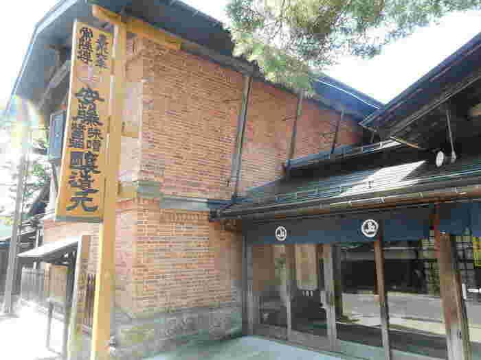 角館に限らず、秋田県内でよく知られた味噌、醤油の老舗である安藤醸造。創業は1853年(嘉永6年)。黒船が来航した年ですよ。年代を感じさせる赤レンガの建物に胸が高鳴ります。