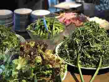 全てのランチには、旬の野菜やケールなどが楽しめる「野菜のブッフェ」が付いています。看板メニューの「鉄板焼きプレート」では、自家農園でその日に収穫された新鮮な野菜をたっぷり味わうことができますよ。