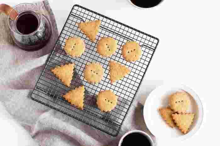 おうちでパンや焼き菓子を作るときに大活躍するのがケーキクーラー。焼き上げてすぐの余分な熱や水分を逃して、おいしく仕上げてくれます。すっきりした四角のフォルムはそのままテーブルに出してもおしゃれ。網目がシリコンでコーティングしているので、チョコレートやクリームの汚れなどもすぐに落とせます。