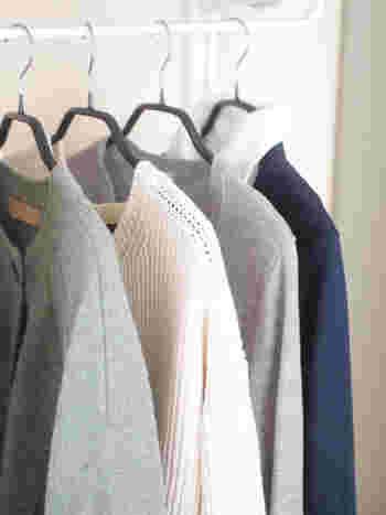 まずは使うハンガーを揃えてみましょう。 スリムなタイプのもので、ずれ落ちない材質のハンガーにするときれいに洋服がかけられます。