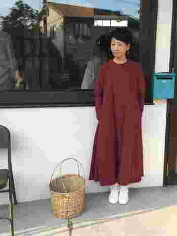 susuri(ススリ)の真紅のワンピースには、真っ白なスニーカーを合わせて潔く。一枚で主役級のワンピースには、これくらいシンプルなスタイルが気分です♪