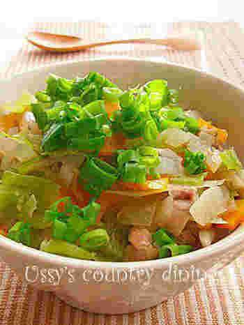 ごぼう・にんじんといった根菜や、キャベツ・ねぎ・しょうがなど野菜たっぷり。体に優しい中華風のスープかけご飯です。多品目を一度に食べられるのはいいですね。