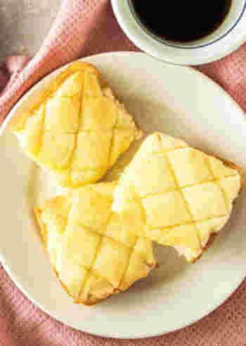 見た目はメロンパンですが、食パンを使って作られているんですよ♪メロンパンのクッキー生地を作って食パンに塗って焼けば、お手軽メロンパンのできあがり。パン生地作りに慣れていない人にもおすすめです。