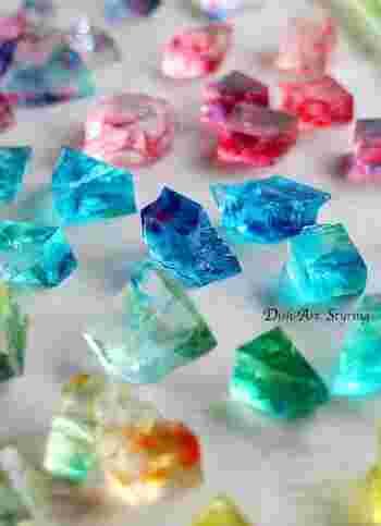 マーブル模様がまるでガラスのようにキラキラと輝く琥珀糖です。キレイに模様をつけるには、少し寒天液が固まりだした時に食紅をプラスするのがコツだそうです。あえて透明の部分も残すことで洗練された仕上がりに。