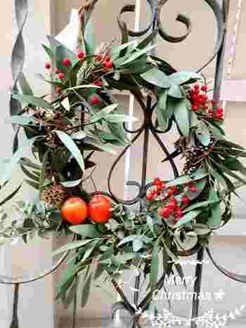 お庭やベランダなどの外にもクリスマスらしさを演出しましょう。ユーカリの葉や赤い実で無造作に作ったものだと、ナチュラルさが出せてガーデニングにも溶け込みそう♪