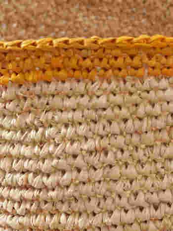 しなやかな素材で編まれたバスケットは、素朴な編み目が魅力です。シックな色合いも素材と似合っています。
