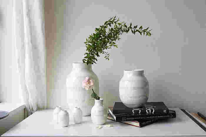 パールのオマジオはさりげなく主張できる美しい花瓶です。豪華な花束はもちろんのこと、長さのあるグリーンだけをラフに飾っても様になります。