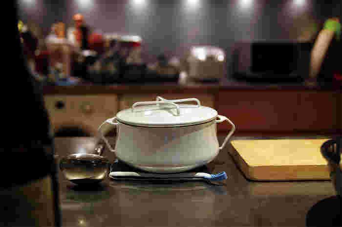 「DANSK」の琺瑯の大きめの両手鍋は安定感があり、熱伝導率もよく食材そのものの味を引き出してくれるので、カレーやシチューなどの煮込み料理に最適です。