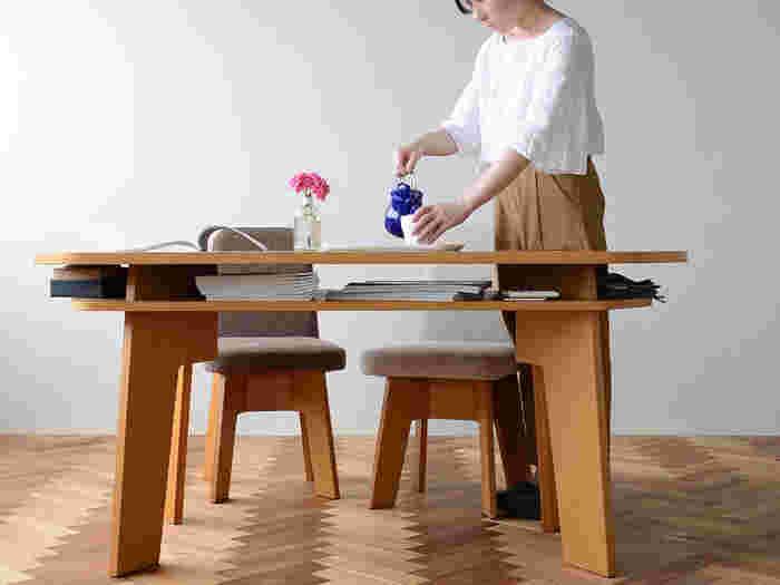 実はこのテーブル、天板の下が収納スペースになっています。リビングで置きっぱなしになりがちな、細々としたアイテムをスッキリ置くことができちゃうんです。