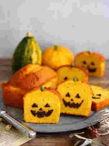 黄色の断面がハロウィンらしいパウンドケーキ。カットし、コーティングチョコでジャックオランタンの顔を描き、パンプキンシードをさしたキュートなハロウィンケーキ。簡単に作れて仕上げのお絵かきも楽しいので、子供と一緒に顔を描くのも楽しそう。