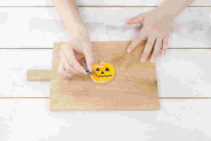 お絵かきのようにかわいらしいクッキーをつくるアイシングもおすすめです。アイシングは、卵白と粉砂糖を泡立てて食用色素で色をつけて作ります。