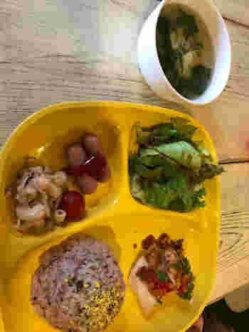サラダ、スープ、ウインナー、おにぎり、メインのお子様向けのランチもあります。デザート&ジュース付き。小さなお子さん連れのファミリーにも優しいお店です。