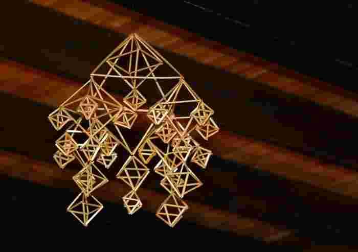 Photo on [Visualhunt](https://visualhunt.com/re4/94b3f1ef)  ヒンメリの歴史は古く、12世紀頃に古くから自然を崇拝していたフィンランド人が、太陽神の誕生を祝い、翌年の豊穣を祈願する冬至祭「ヨウル(Joulu)」の装飾品としてつくったのが始まりとされています。その後、北欧にキリスト教が広がると、クリスマスの装飾として使われるようにもなりました。